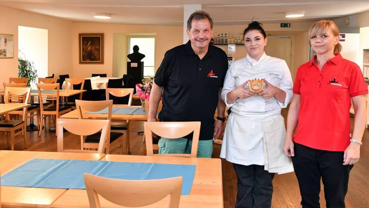 Jürg Mosimann posiert mit Köchin Fanny Unkauf (inklusive Kronenpastetli) und Servicefachfrau Mandy Schramm