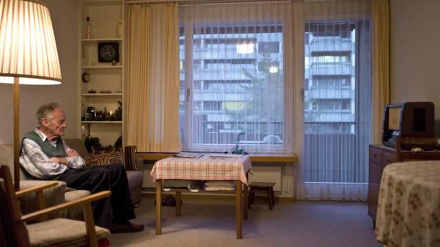 Ein Senior im Wohnzimmer seiner Wohnung (Symbolbild)
