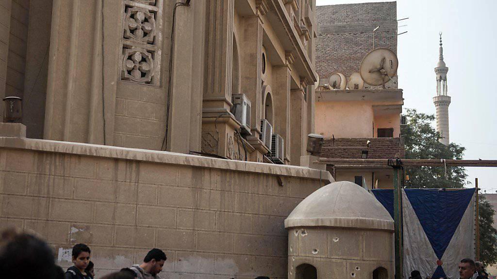 Tödlicher Hass eines islamischen Fanatikers auf so genannte Ungläubige, hier ägyptische Christen, also Kopten. Sichtbar sind die Einschusslöcher des Attentäters an der Kirche Mar Mina in Helwan südlich von Kairo.