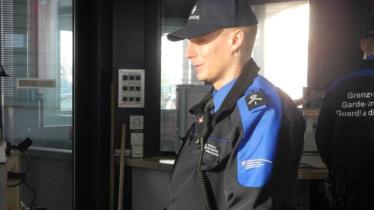 Bernhard Fuchs greift in der Grenzwache Lysbüchel auf eine Datenbank zu.