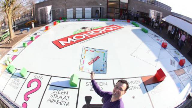 Das ist Rekord: Eine holländische Schule baute das grösste Brettspiel aller Zeiten. Foto: GUINNESS WORLD RECORDS