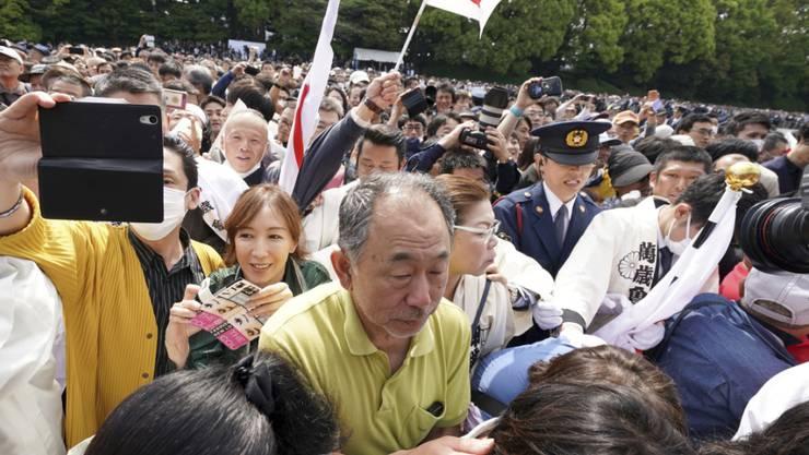 Alle wollen ihn sehen: Riesenandrang vor dem ersten öffentlichen Auftritt des neuen japanischen Kaisers Naruhito.