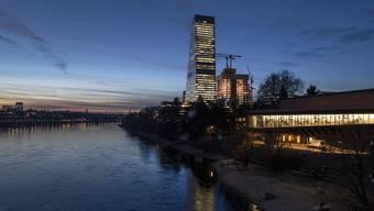 Schweizer Pharmariesen müssen in Frankreich eine Geldbusse bezahlen. Im Bild der Roche-Turm in Basel. (Symbolbild)