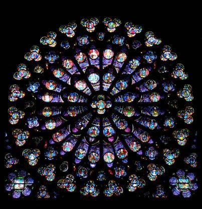 Die farbigen Rundfenster an der Süd-, West- und Nordfassade stammen aus dem 13. Jahrhundert. Die grösste Rosette hat einen Durchmesser von 13 Metern.