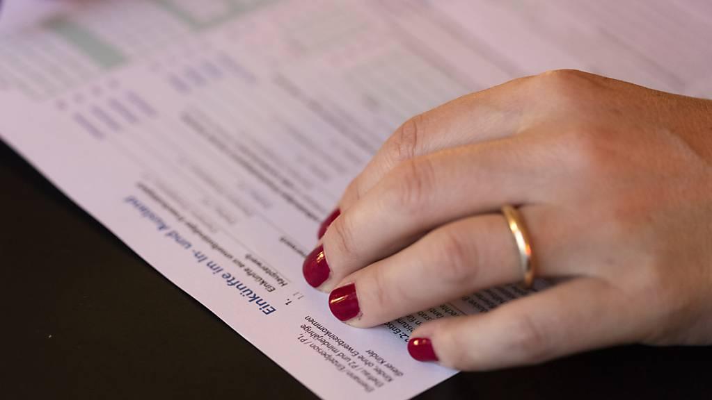 Schaffhauserinnen und Schaffhauser müssen weniger Steuern zahlen. (Symbolbild)