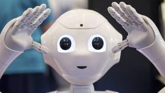 """Roboter """"Pepper"""" beantwortet im Glattzentrum Kundenfragen. Und soll nun durch die Schweiz touren."""