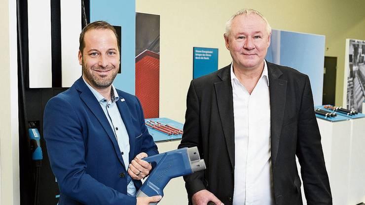 Patrick Kern, CEO der Brugg eConnect (links), und Hans Dietiker, Leiter Vertrieb- und Produktmanagement, präsentieren ein patentiertes Höchstleistungs-Ladekabelsystem für bis zu 850 Amp für die zukünftigen Bedürfnisse der E-Mobilität.