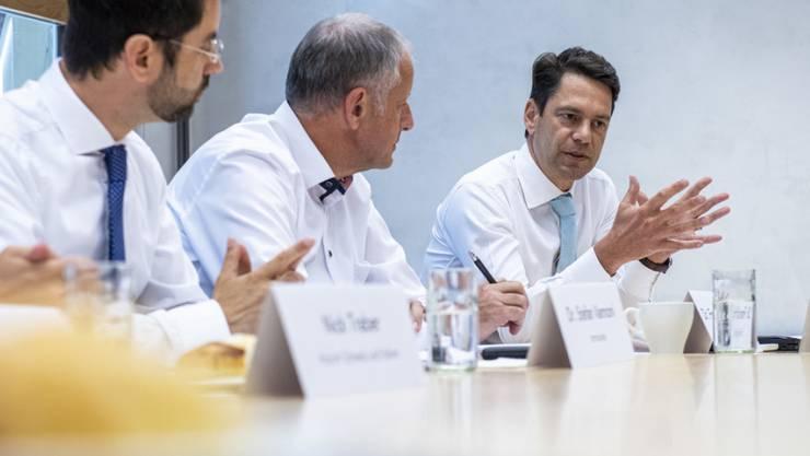 """Von links: Cemsuisse-Direktor Stefan Vannoni, Francis Krähenbühl, CEO und VR-Präsident der Emil Egger & Cie SA, sowie Swissmem-Direktor Stefan an einem Mediengespräch zum Thema """"Die Industrie ist ein verlässlicher Partner in der Klimapolitik"""" am Donnerstag in Bern."""