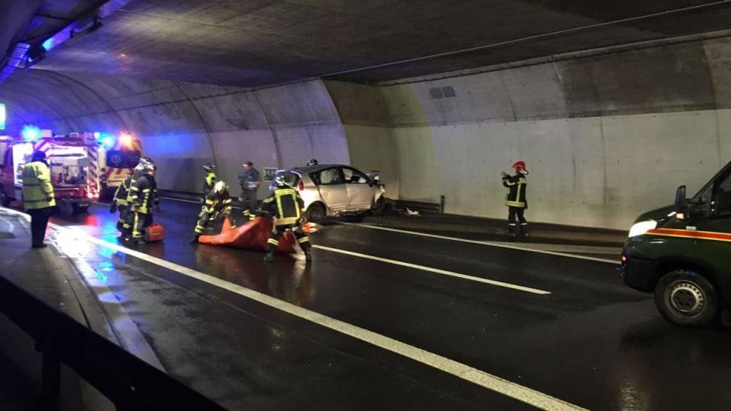 Der Autofahrer fuhr im A9-Tunnel aus vorerst ungeklärten Gründen gegen eine Tunnelnische und zog sich dabei tödliche Verletzungen zu. (Bild: Walliser Kantonspolizei)