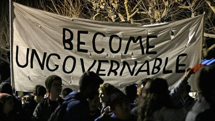 Der geplante Auftritt eines ultrarechten Bloggers und Trump-Anhängers hat auf dem Campus der kalifornischen Universität Berkeley gewaltsame Studentenproteste ausgelöst.