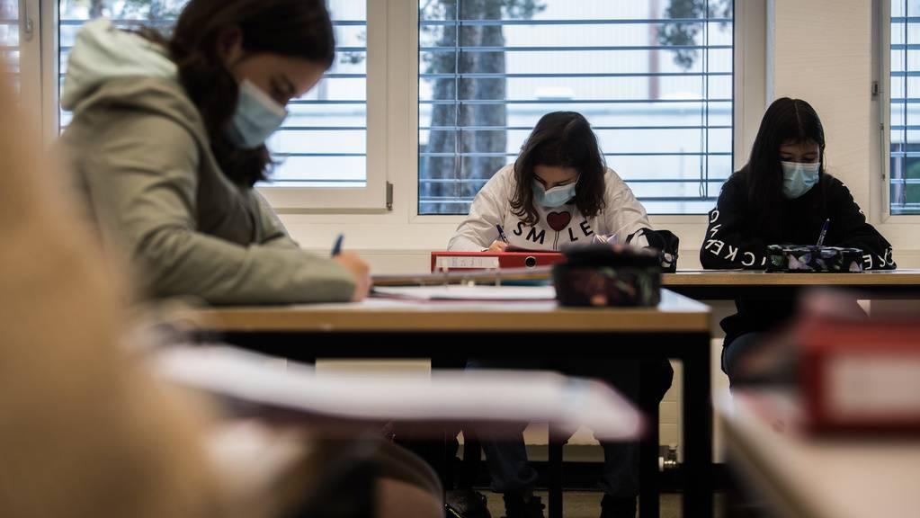 An den Schweizer Mittelschulen gilt eine Maskenpflicht.