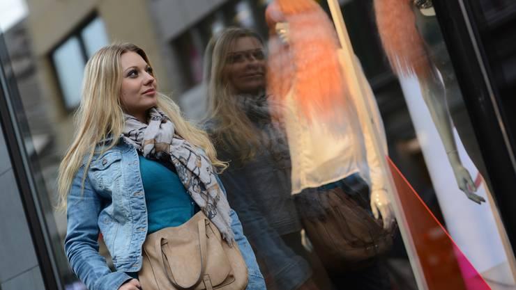 Snezana Stojadinovic posiert auch bei Regen in der Steinen – ihrem Lieblingsort zum Ausgehen in Basel.