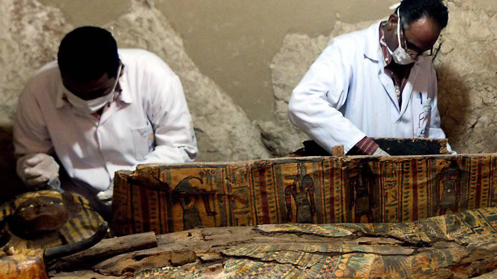 Archäologen bei der Arbeit in dem gut erhaltenen Grab.