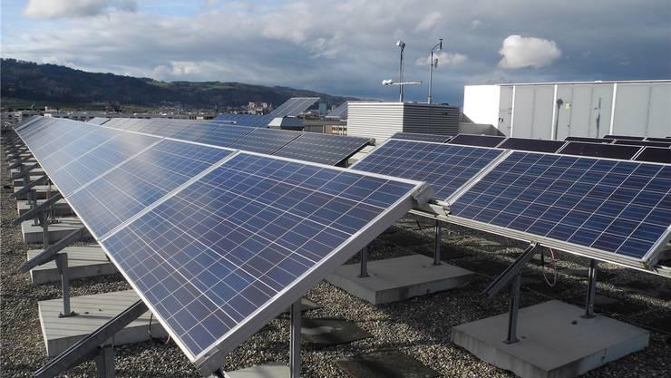Der Kanton soll systematisch überprüfen, auf welchen Gebäuden des Kantons Solaranlagen Sinn machen, fordert der Kantonsrat. Dazu will man auch einen Zeitplan sehen.
