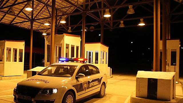 Ein georgischer Polizeiwagen am Darial-Grenzübergang