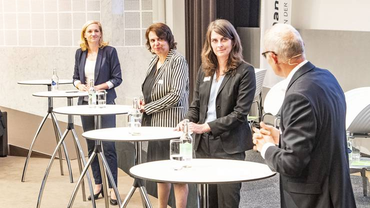Die Herausforderinnen Esther Keller (GLP, links) und Stephanie Eymann (LDP, rechts) mit Regierungspräsidentin Elisabeth Ackermann (Grüne).