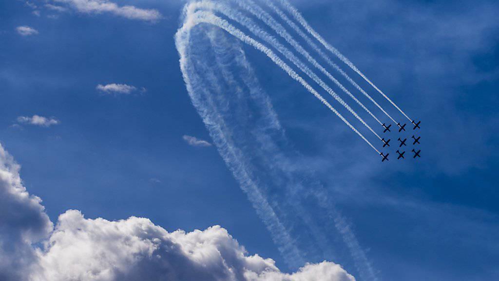 Auftritte des PC-7 Teams wie am letzten Wochenende an der International Breitling Sion Airshow werden nicht verboten. Das hat der Nationalrat beschlossen. (Archivbild)