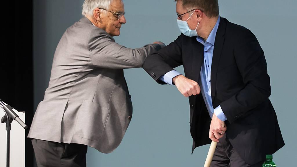 Westast-Dialog erfolgreich beendet: Der Verkehrsexperte Hans Werder (links) moderierte den Prozess, der am Montag mit der Übergabe des Schlussberichts an den Berner  Regierungsrat Christoph Neuhaus (rechts) zu Ende ging.