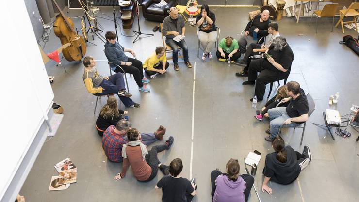 Das Hora-Ensemble bei den Proben m Januar mit dem damaligen Theaterleiter Michael Elber.