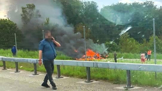 ...und stürzte – nur wenige Meter neben der Autobahn – praktisch senkrecht in den Boden. Die Maschine brannte sofort lichterloh.