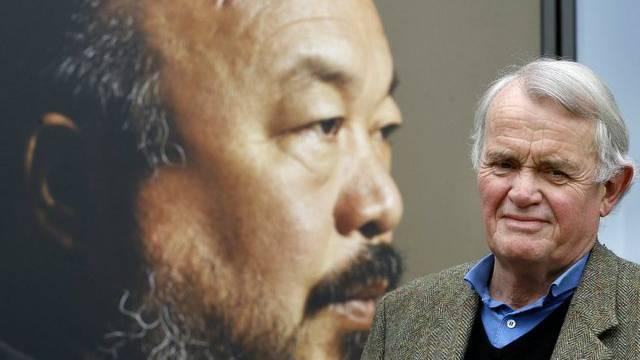 Autor Howard Brenton vor einem Poster seines Theaterstücks über den Künstler Ai Weiwei (Archiv)