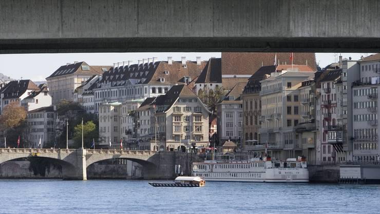 Der Mann hielt sich mit einer Gruppe unter der Johanniterbrücke auf. Als die Polizei ihn kontrollieren wollte, nahm er Reissaus und sprang in den Rhein. (Symbolbild)