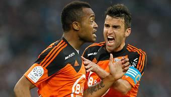 Lorients Ayew (l.) und Captain Jouffre jubeln über die frühen Tore
