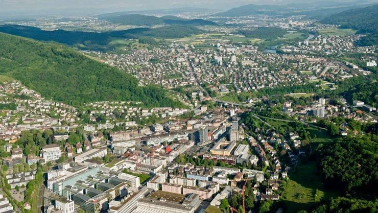 Luftaufnahme von Baden: In einer Untersuchung zur Standortqualität lässt Baden Städte wie Luzern oder Basel hinter sich. (Archiv)
