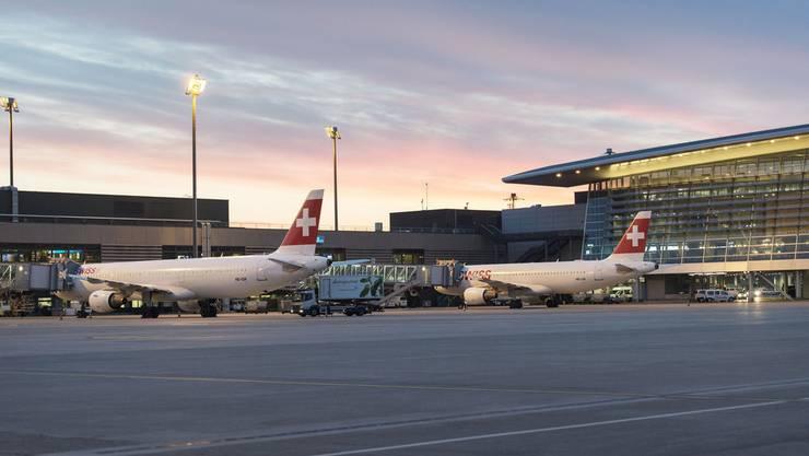 So sieht das Flughafengebäude Zürich beleuchtet aus.