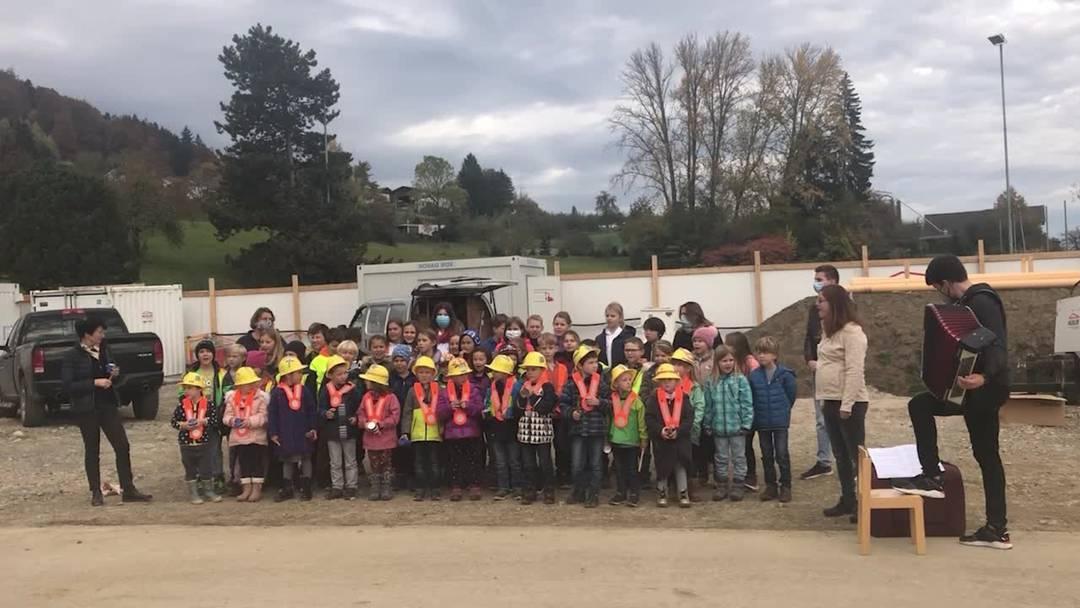 «Euses Schuelhuus isch öppis schöns, doch langsam bruuchts es neus»: Die Kindergärtler von Birrwil singen am Spatenstich des neuen Schulhauses