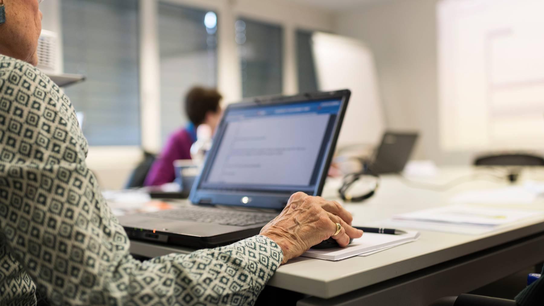 Senioren in einem Laptop-Kurs von Pro Senectute 2019. Heute nutzen laut einer Studie Organisation drei Viertel der über 65-Jährigen das Internet.