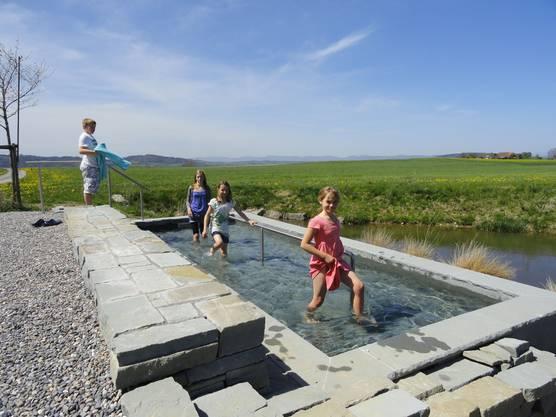 Gesunder «Storchengang» auf dem Lindenberg: Die neue Kneipp-Wassertretstelle bietet Wellness in schöner Umgebung.