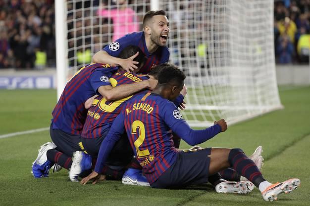 Luis Suarez (26.) und Messi (75. und 82.) erzielten die Tore für den alten und neuen spanischen Meister, der weiter vom Triple träumen darf.