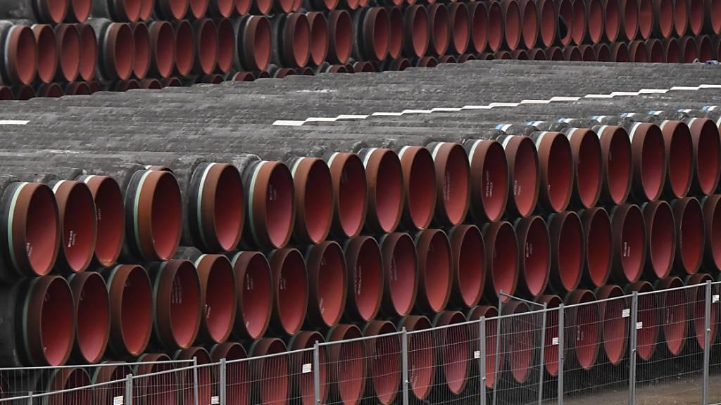 ARCHIV - Rohre für den Bau der Erdgaspipeline Nord Stream 2 von Russland nach Deutschland werden im Hafen Mukran auf der Insel Rügen gelagert. Foto: Stefan Sauer/dpa-Zentralbild/dpa