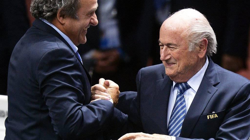 Michel Platini (l) und Sepp Blatter (r) sind ins Visier der Justiz geraten. (EPA/WALTER BIERI/KEYSTONE)