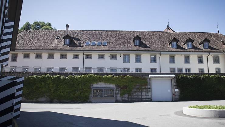 Der im September 2017 aus dem Freiburger Zentralgefängnis geflüchtete Mörder von Frasses ist wieder zurück in der Schweiz. Der Mann wurde von den französischen Behörden ausgeliefert.