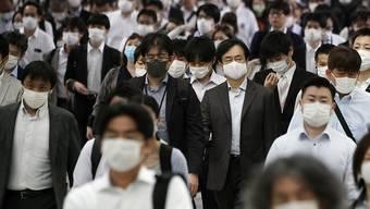Die Behörden in Japan warnen wegen der Hochsommerhitze vor gesundheitlichen Problemen beim Tragen von Masken. (Symbolbild)
