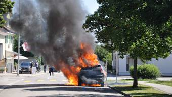 Das Auto in Vollbrand.