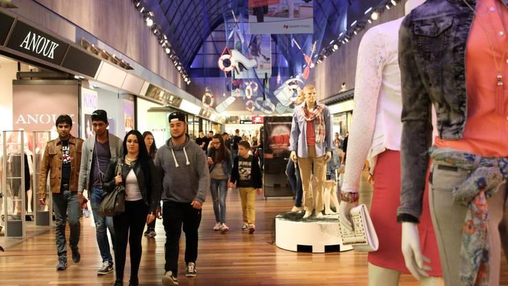 Der um zwei Stunden verlängerte Shopping-Spass lockte mehrheitlich junges Publikum nach Spreitenbach.
