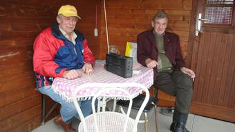 Giuseppe Brescancin (links) und Peter Hasler geniessen die ersten warmen Frühlingstage im Schrebergarten an der Suhre.nbo