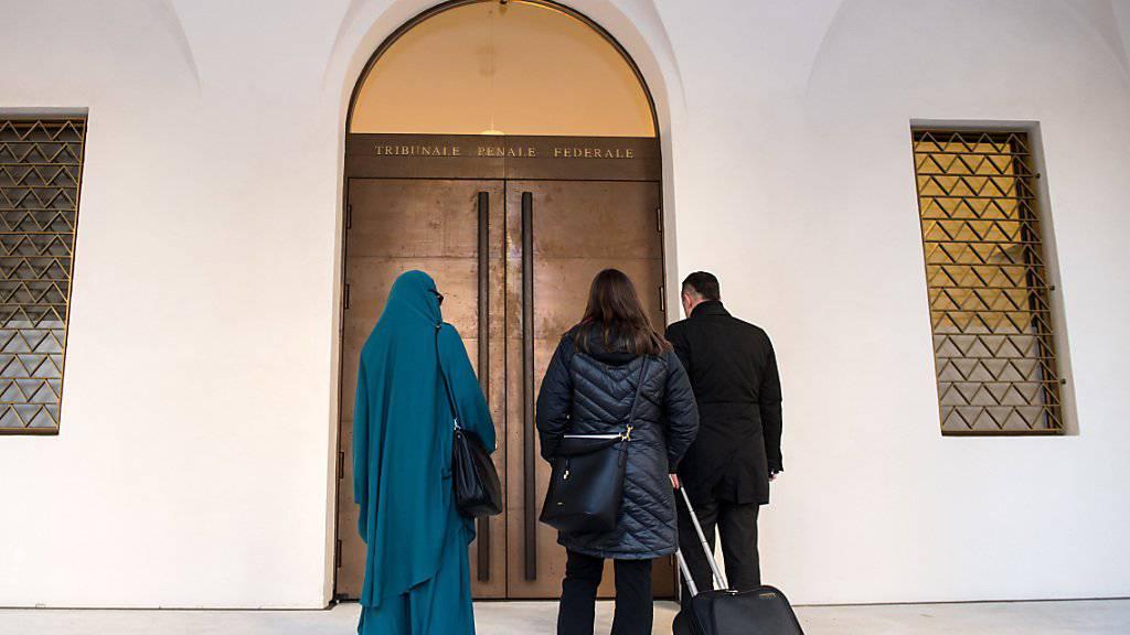 Die Umsetzung der Massnahmen gegen Radikalisierung verläuft laut einem Bericht insgesamt zufriedenstellend. Im Bild eine mutmassliche Dschihad-Reisende (links) vor ihrem Prozess am Bundesstrafgericht Bellinzona. (Archivbild)