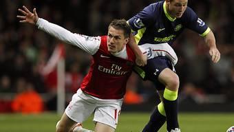 Arsenal's Aaron Ramsey stolpert gegen Wigan