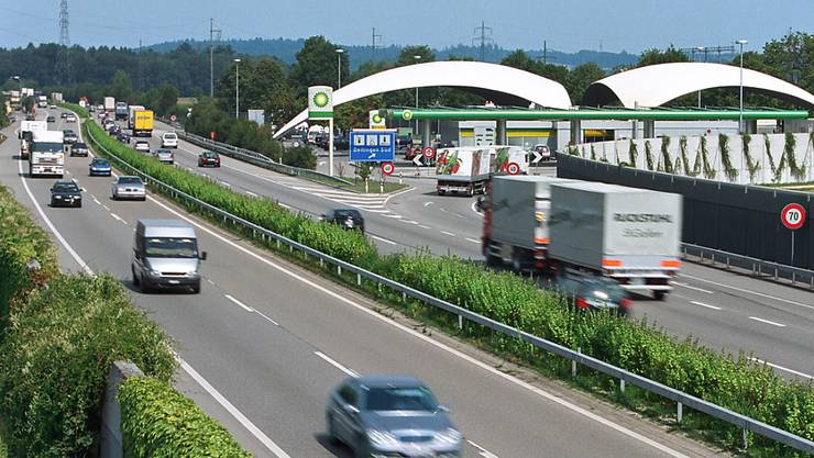 Seit rund 50 Jahren darf auf Autobahnraststätten kein Alkohol verkauft werden. Jetzt will der Nationalrat dieses Verbot aufheben. (Archivbild)