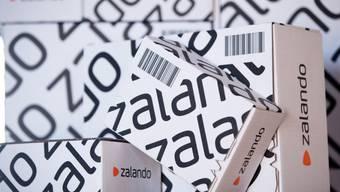 Kartons des Online-Modehändlers Zalando. Knapp ein Fünftel der Schweizer E-Commerce-Ausgaben gehen ingesamt an ausländische Anbieter. (Archiv)