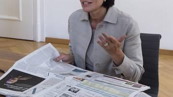 Bundesrätin Doris Leuthard beim Lesen der Aargauer Zeitung – ob sie auch die Kanti-Kolumnen gelesen hat?