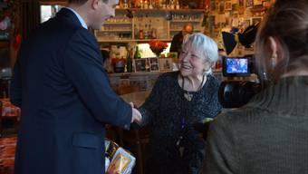 Grossratspräsident Thierry Burkart und die Aargauerin des Jahres, Irma Koch, lancieren die Weihnachtsaktion von Tele M1 in Wohlen.