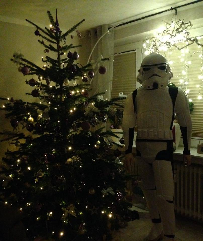 Der Christbaum von Dijana, inklusive Stormtrooper Kostüm für ihren Mann.