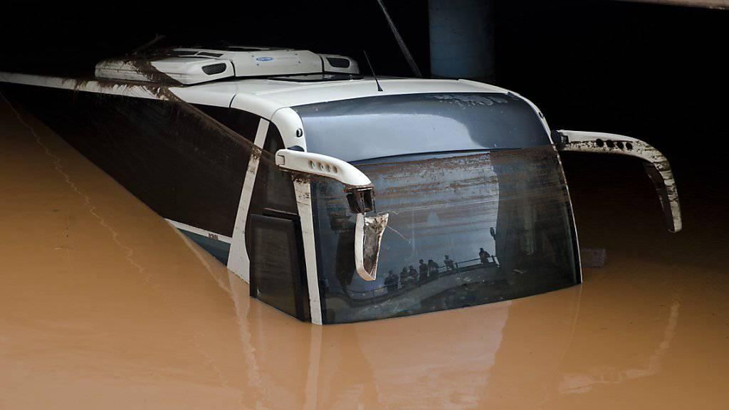 Dieser Bus in Elefsina wurde fast ganz von den Wassermassen verschluckt.