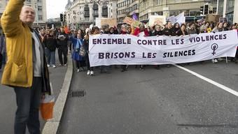"""""""Gemeinsam gegen die Gewalt, brechen wir das Schweigen"""", steht auf dem Transparent des Waadtländer Kollektivs für den Frauenstreik, das den Demonstrationszug in Lausanne anführte."""