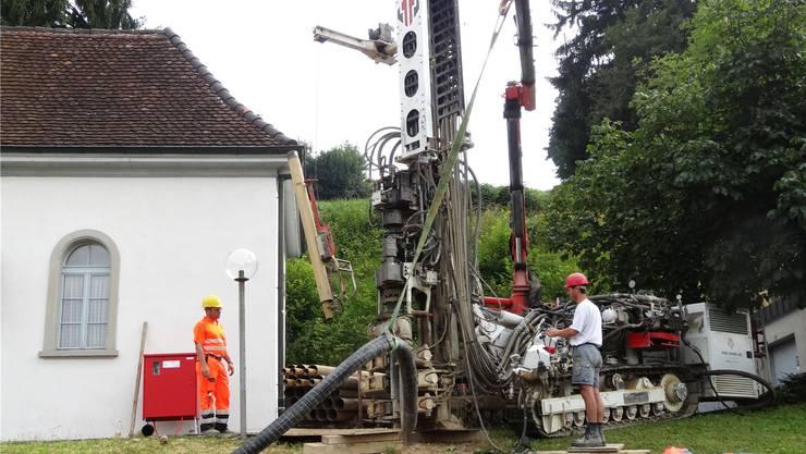 Mit dem Bohrgestänge in die Tiefe vorgedrungen: Arbeiten gestern Donnerstag bei der Kaister Kirche. chr